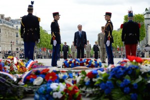 François Hollande devant la tombe du soldat inconnu